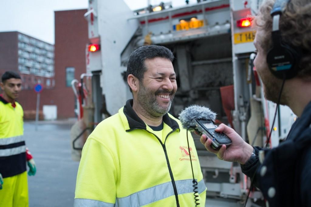 Tom-Loois-op-de-vuilniswagen-1 foto Wineke van Muiswinkel
